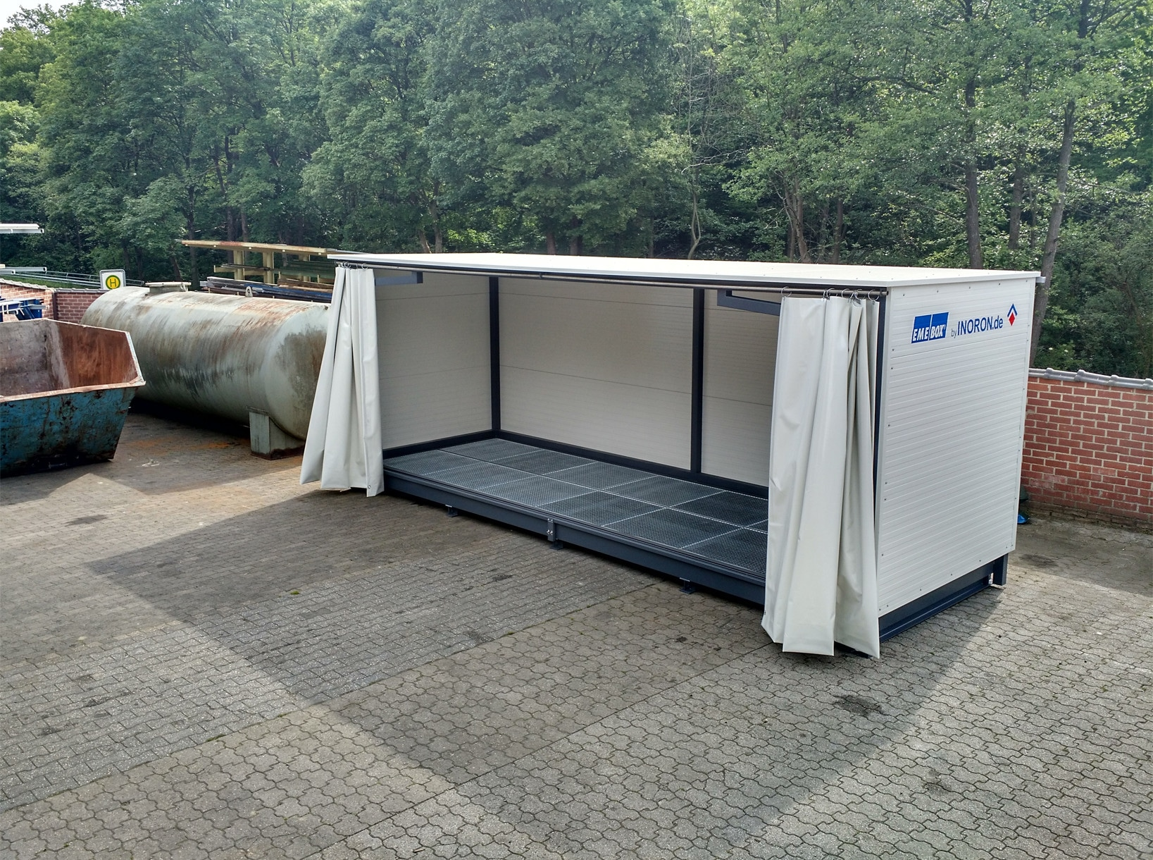 Gefahrenstofflager mit Auffangwanne festem Dach und Vorhang
