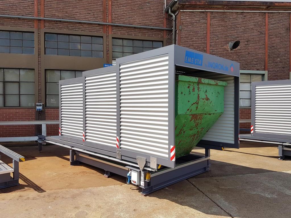 Containerstellplatz aufgestelllt auf Beton mit geschlossenem Dach