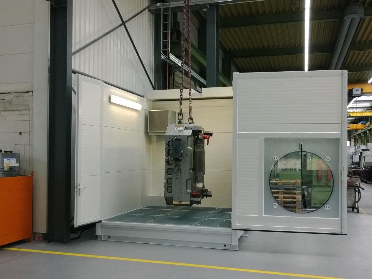 Mobiler Waschplatz mit offnem Schiebdach und zu reinigenden Werkstück in Kran hängend