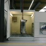 mobiler Waschplatz mit geschlossenem Dach und geöffneter Tür