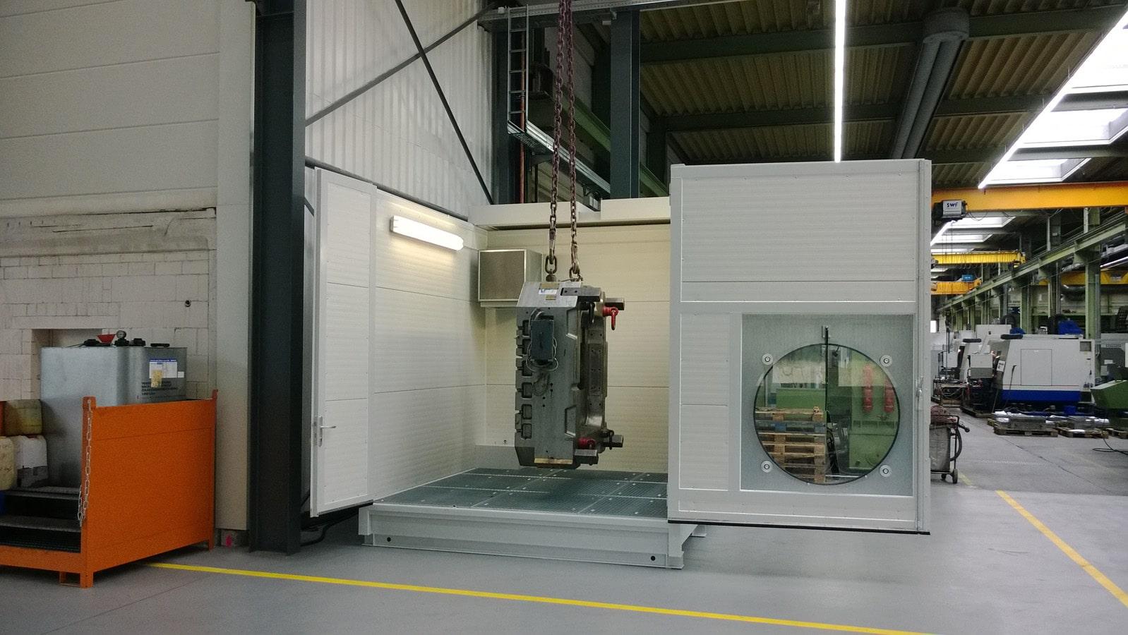 mobiler Waschplatz mit geöffnetem Dach und geöffneter Tür