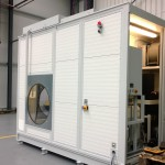 Blick in den Technikraum des mobilen Waschplatz mit Wasseraufbereitung Ölabscheider, Hochdruckreiniger, Absaugung und Schaltschrank