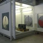 mobiler Waschplatz zur Reinigung von Maschinenteilen auf Drehteller im Hallenbereich mit geschlossenem Dach