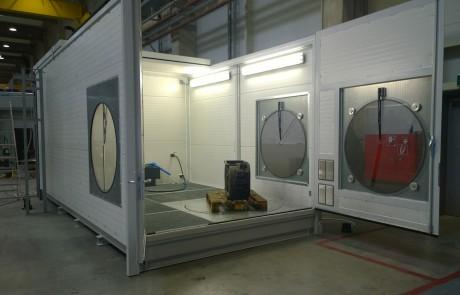 mobiler Waschplatz zur Reinigung von Maschinenteilen auf Drehteller im Hallenbereich mit offenem Dach zur Beladung per Kran