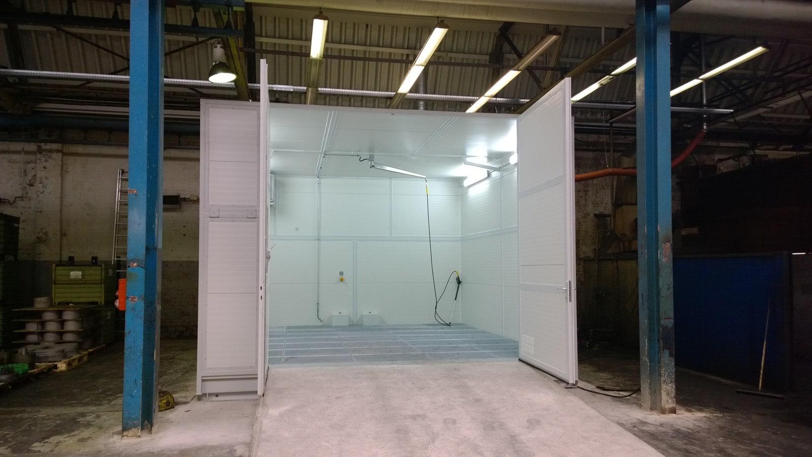 Frontansicht mobiler Waschplatz zur Reinigung von Gabelstapler mit Auffahrrampe