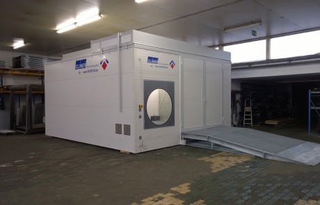 Frontansicht mobiler Waschplatz in Halle mit verfahrbarem Dach und Auffahrrampe und Rotationsfenster für den Hochdruckreiniger
