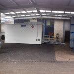 Seitenansicht mobiler Waschplatz außenbereich mit Auffahrrampe