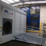 Frontansicht mobiler Waschplatz im Außenbereich mit Auffahrrampe für Gabelstapler