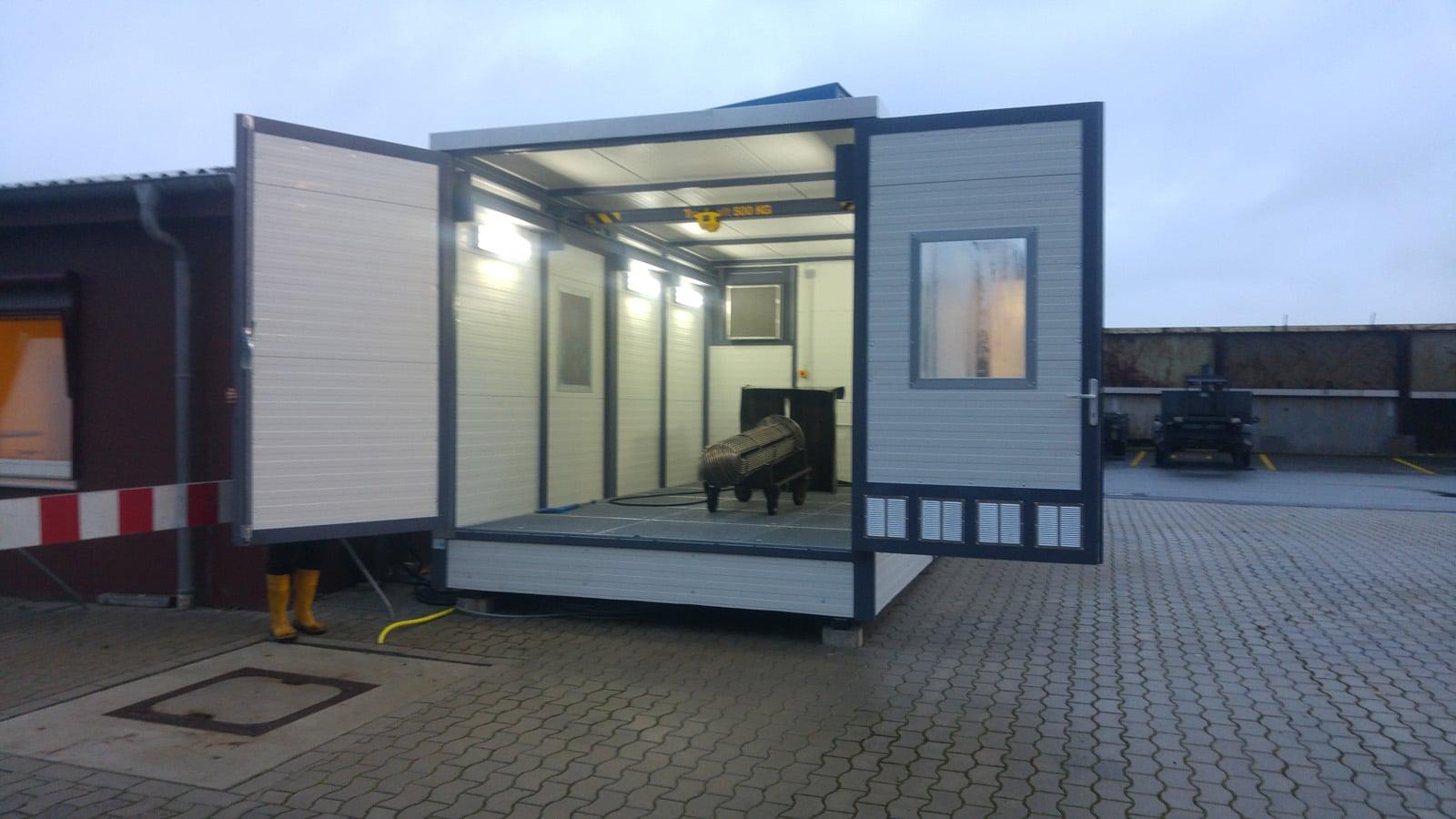 Frontansicht mobiler Waschplatz im freien Außenbereich mit geöffneten Toren
