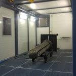 Blick in den Waschraum des mobilen Waschplatz mit integriertem Portalkran