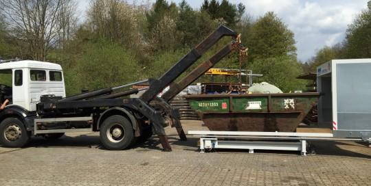 Containerstellplatz beim wechsel des Containers mit geöffnetem Dach