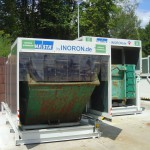 Containerstellplatz Abroller und Absetzkipcontainer - Dach geschlossen - Frontansicht