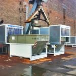 Frontansicht zwei Container stehen unter dem Späneförderer einer mit geöffnetem Dach bereit zum Containerwechsel