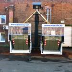 Frontansicht zwei Container stehen unter dem Späneförderer der auch bei geschlossenen Dach in den Container fördert
