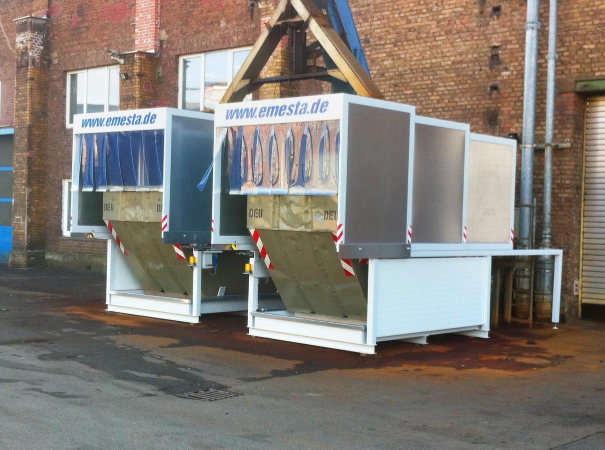 zwei Container stehen unter dem Späneförderer der auch bei geschlossenen Dach in den Container fördert