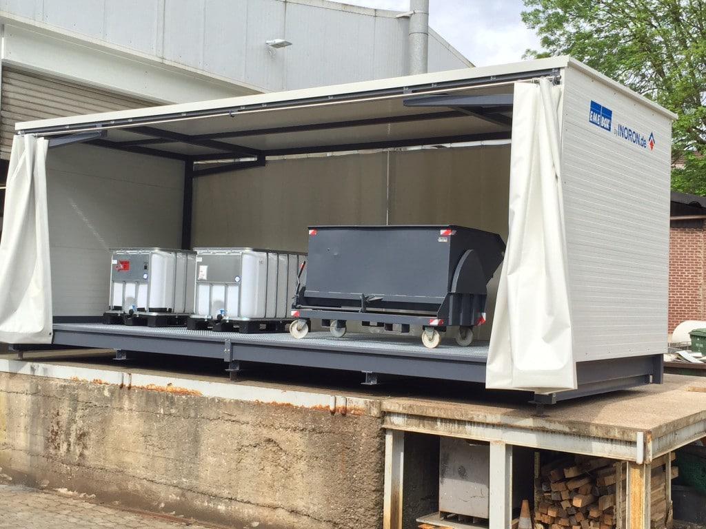Abtropfstation Gefahrenlager mit offenem Vorhang für IBC-Container und Kippmulde