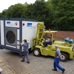 Transport mobiler Waschplatz mit Gabelstapler auf dem Werksgelände der Firma INORON