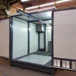 Waschplatz HD-Reiniger Industrie mit geöffneten Türen, Kranbahn und Drehteller