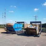 Containerstellplatz und Contrainerüberdachung beide mit geöffnetem Dach nebeneinander
