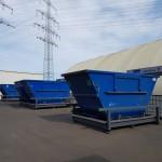 Containerstellplatz mit geöffnetem Dach auf Hof
